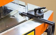 Направляющие для упора и фиксации заготовки под углом, мерная линейка на рабочем столе